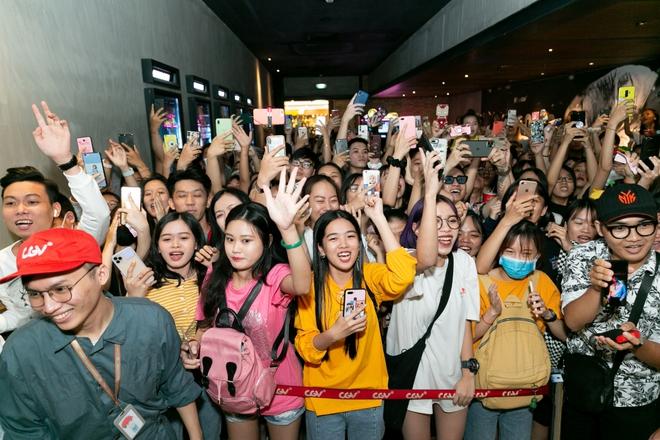 Khán giả la hét khi gặp Sơn Tùng M-TP ở rạp chiếu phim - Ảnh 4.