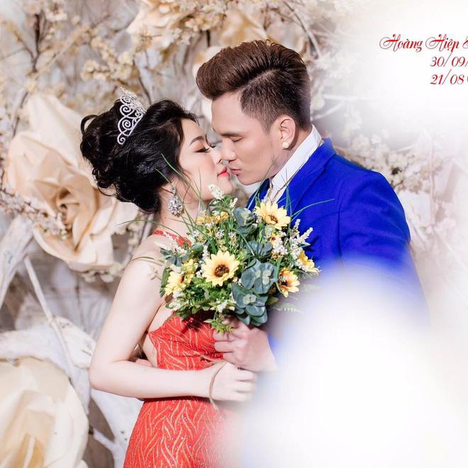 Đi hát xuống nắm tay fan và duyên vợ chồng định mệnh của Lâm Chấn Huy với vợ kém 13 tuổi - Ảnh 3.