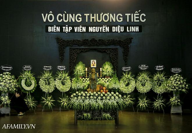 Những hình ảnh đầu tiên trong tang lễ của nữ MC Diệu Linh, người mẹ liên tục khóc vì sự ra đi của cô con gái còn quá trẻ - Ảnh 1.