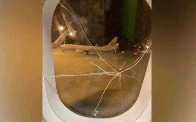Nữ hành khách thất tình đấm nứt cửa sổ, máy bay hạ cánh khẩn cấp