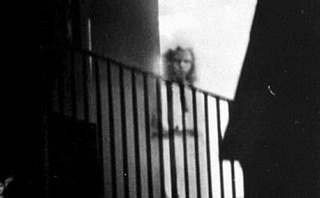 Cô gái lấp ló ngay cửa tòa nhà đang bốc cháy khiến nhiều người mất ngủ và lời giải đáp 15 năm sau khiến chủ nhân bức ảnh đột quỵ