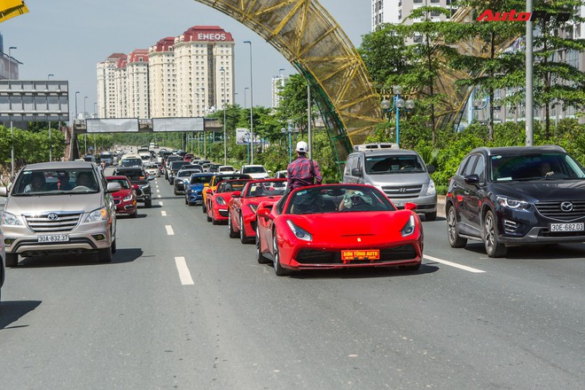 """Thân thế """"đỉnh"""" của nữ tài xế xinh đẹp, lái siêu xe Ferrari mui trần chạy Grab - Ảnh 4."""