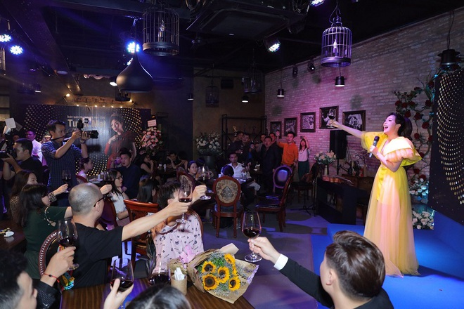Ca sĩ Tuyết Mai tổ chức tiệc ăn mừng ngôi vị Quán quân  - Ảnh 1.
