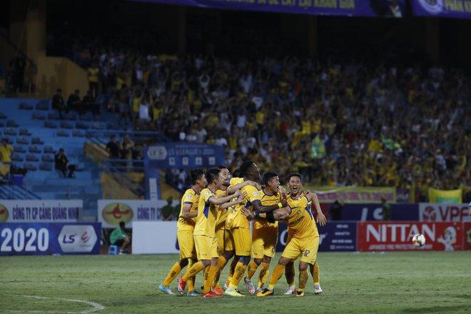KẾT THÚC Hà Nội 0-1 SLNA: Quang Hải quẩy như Messi nhưng không gánh nổi Hà Nội - Ảnh 4.