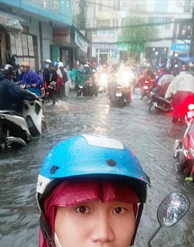 Xe chết máy vì mưa lụt sấp mặt, thanh niên bất ngờ được 2 người đàn ông lạ giúp về tận nhà - Ảnh 2.