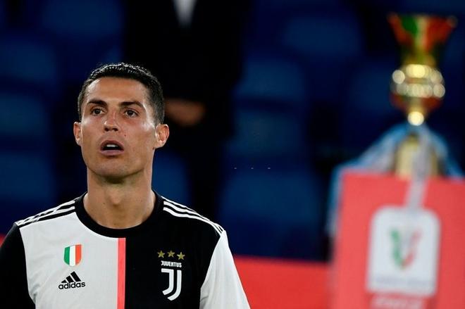 Ronaldo nhăn mặt, lộ rõ vẻ buồn chán khi cùng đồng đội đánh rơi danh hiệu thứ 2 mùa này - Ảnh 1.