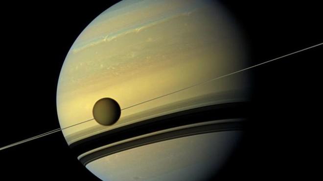 Vệ tinh rời sao Thổ ngày càng nhanh - Ảnh 1.