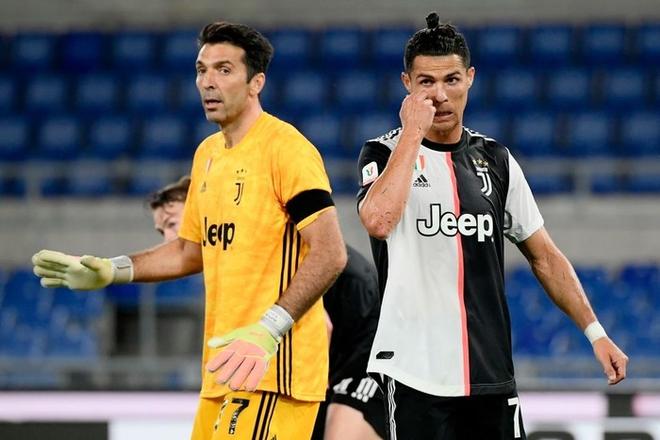 Ronaldo nhăn mặt, lộ rõ vẻ buồn chán khi cùng đồng đội đánh rơi danh hiệu thứ 2 mùa này - Ảnh 7.