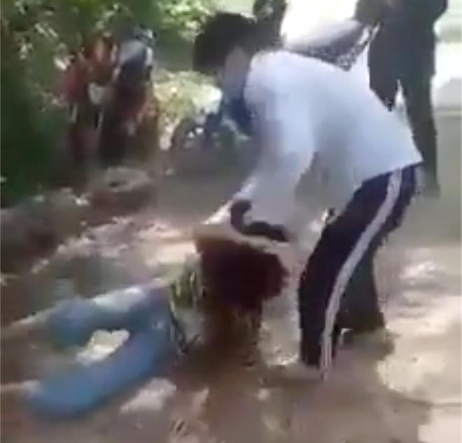 Nữ sinh lớp 8 bị bạn đánh dã man trong rừng không dám đi học vì sợ - Ảnh 2.