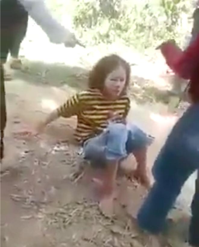Nữ sinh lớp 8 bị bạn đánh dã man trong rừng không dám đi học vì sợ - Ảnh 1.