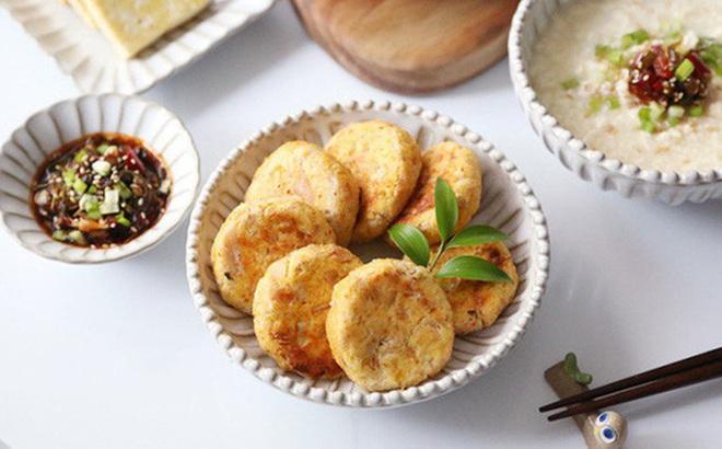 Làm sữa đậu nành xong đừng bỏ bã, hãy học ngay người Hàn cách làm món bánh siêu ngon này