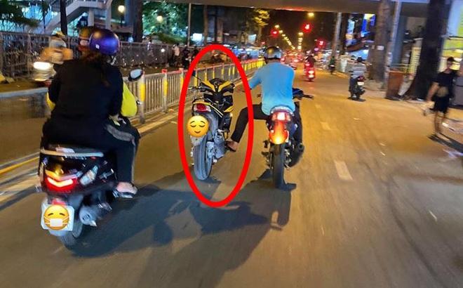 Người đàn ông một lúc điều khiển 2 xe máy trên phố, dân mạng ngao ngán chỉ ra nguy cơ
