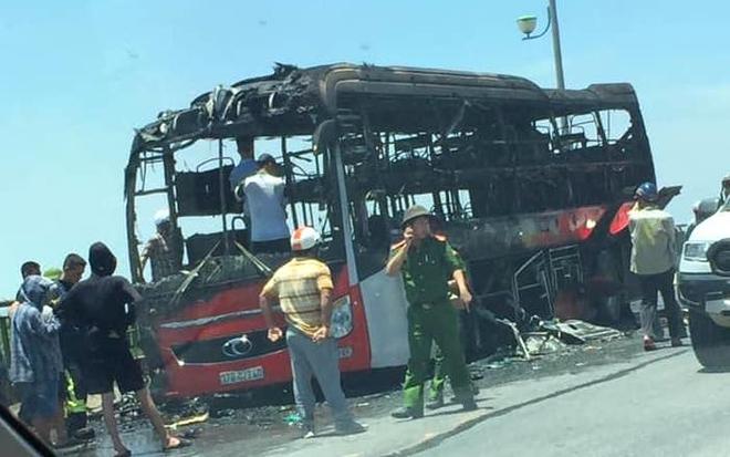 Xe giường nằm chở 20 người bốc cháy dữ dội khi đang đi trên đường - Ảnh 10.
