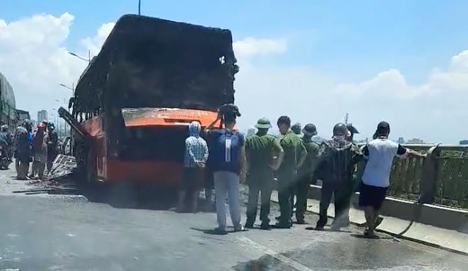 Xe giường nằm chở 20 người bốc cháy dữ dội khi đang đi trên đường - Ảnh 11.