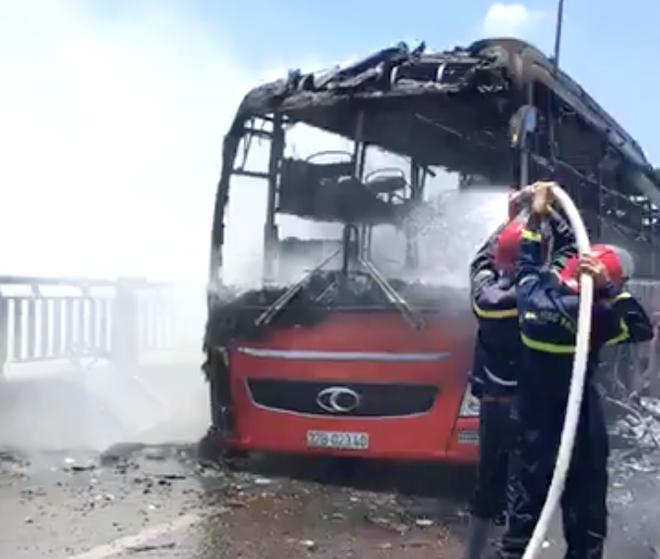 Xe giường nằm chở 20 người bốc cháy dữ dội khi đang đi trên đường - Ảnh 6.
