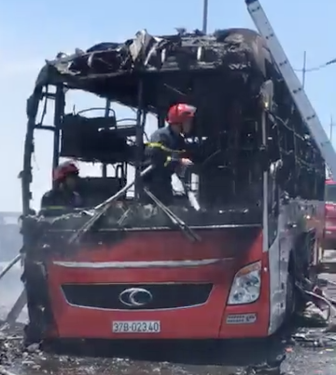 Xe giường nằm chở 20 người bốc cháy dữ dội khi đang đi trên đường - Ảnh 8.