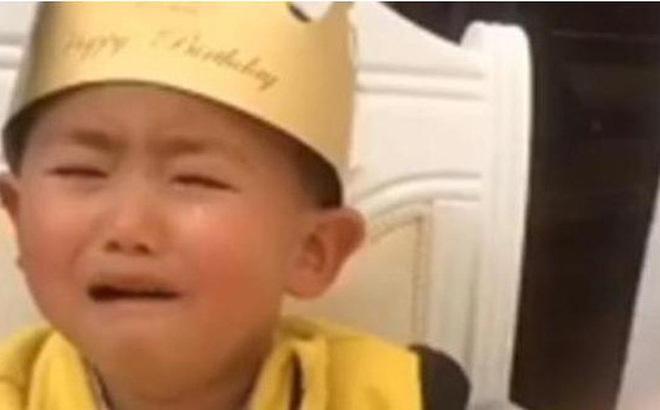 """Hí hửng chờ đến sinh nhật nhưng khi nhìn thấy chiếc bánh bố mua tặng, con trai """"khóc thét"""""""
