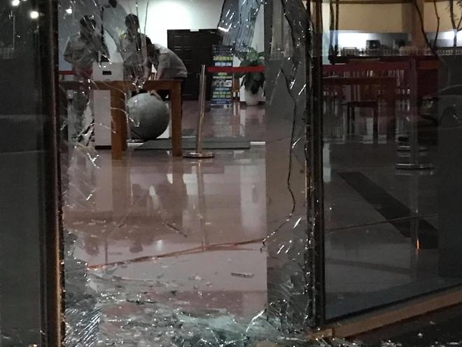 Cửa kính toà nhà hành chính Đà Nẵng vỡ nát sau vụ tai nạn giao thông hy hữu - Ảnh 1.