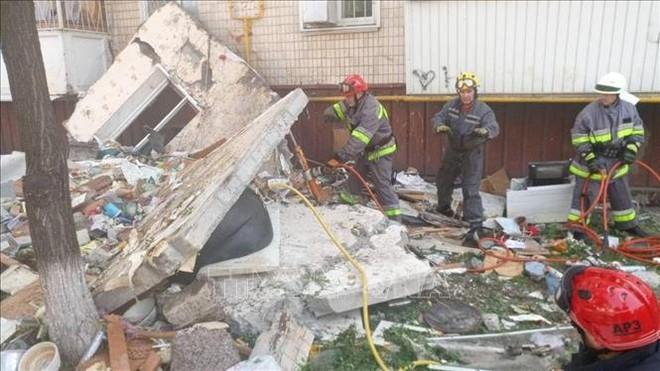Nổ khí ga phá hủy 4 tầng chung cư ở Kiev, nhiều người mắc kẹt dưới đống đổ nát - Ảnh 1.