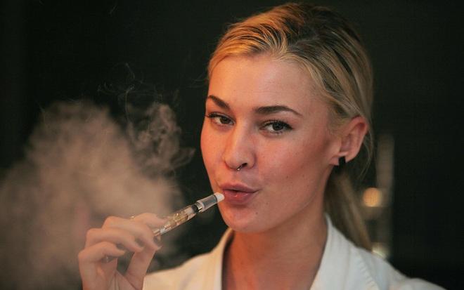 Thuốc lá điện tử giết phổi chết nhanh gấp 50 lần - Ảnh 1.