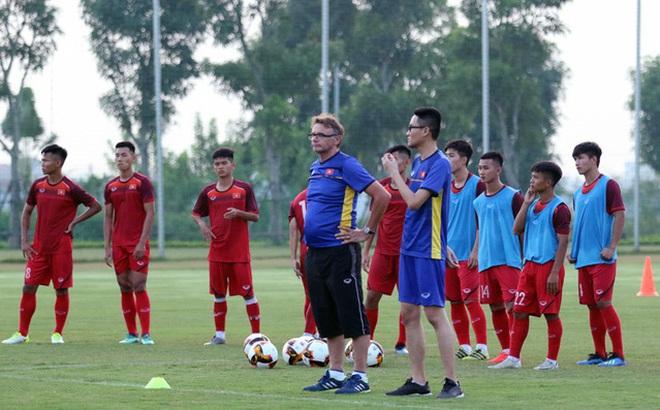 """Vì mục tiêu World Cup, gần nửa đêm """"phù thủy trắng"""" Troussier vẫn đưa U19 Việt Nam ra sân tập"""