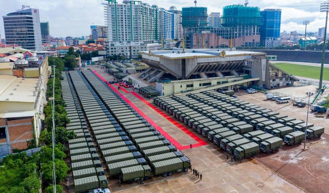 Con trai ông Hun Sen long trọng đón 300 xe quân sự Trung Quốc: Sự thật chuyện Bắc Kinh tặng quà Campuchia - Ảnh 1.