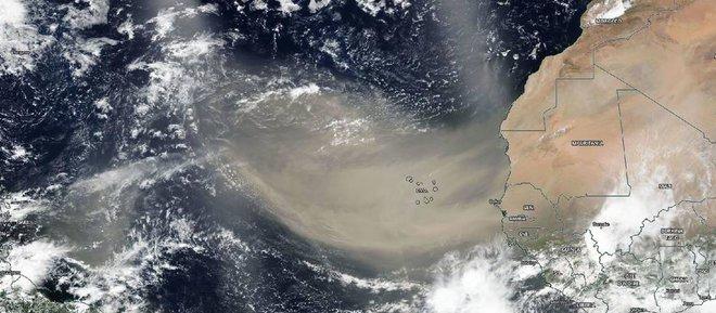 Kinh dị khối bụi khổng lồ bay từ châu Phi qua biển Đại Tây Dương - Ảnh 1.