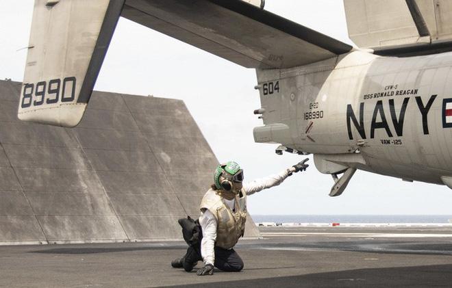 Cận cảnh 3 tàu sân bay Mỹ hoạt động ở cửa ngõ biển Đông - Ảnh 10.