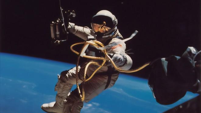 Đây là điều sẽ xảy ra với cơ thể con người nếu bị ném ra ngoài vũ trụ mà không có bộ đồ bảo hộ - Ảnh 2.