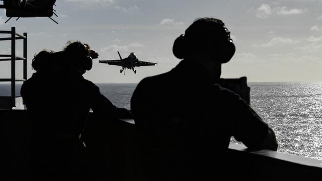 Cận cảnh 3 tàu sân bay Mỹ hoạt động ở cửa ngõ biển Đông - Ảnh 2.