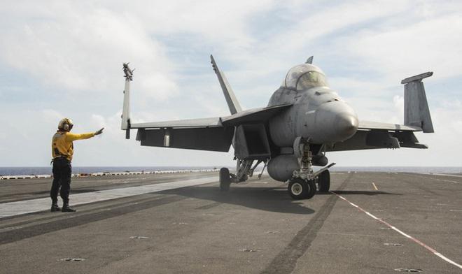 Cận cảnh 3 tàu sân bay Mỹ hoạt động ở cửa ngõ biển Đông - Ảnh 7.