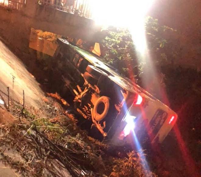 Xe khách chở 30 học sinh đi chụp ảnh kỷ yếu lật nhào trên quốc lộ - Ảnh 1.