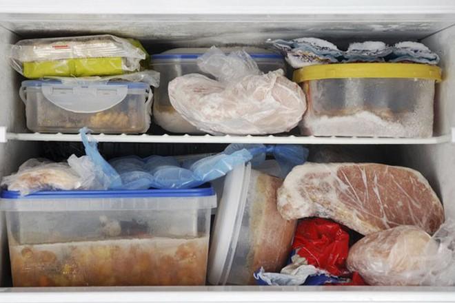 Sai lầm nghiêm trọng khi rã đông thực phẩm mà nhiều người mắc phải - Ảnh 2.