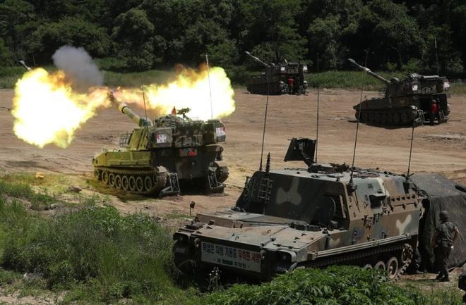 24h qua ảnh: Pháo binh Hàn Quốc bắn đạn thật gần biên giới Triều Tiên - Ảnh 2.