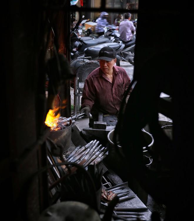 Phố Lò Rèn đỏ lửa trong ngày Hà Nội nóng 40 độ C - Ảnh 1.