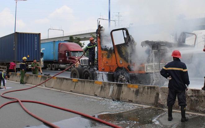 Xe container cháy ngùn ngụt trên xa lộ Hà Nội - Ảnh 2.
