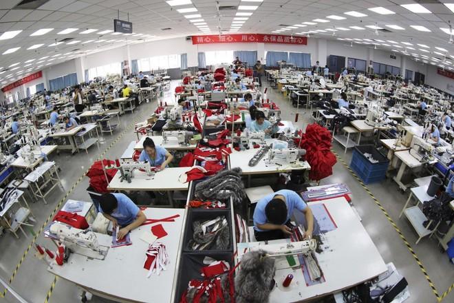 Covid-19: Khi người tiêu dùng toàn cầu sợ mua hàng hóa của Mỹ và Trung Quốc - Ảnh 1.