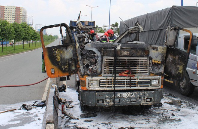 Xe container cháy ngùn ngụt trên xa lộ Hà Nội - Ảnh 3.