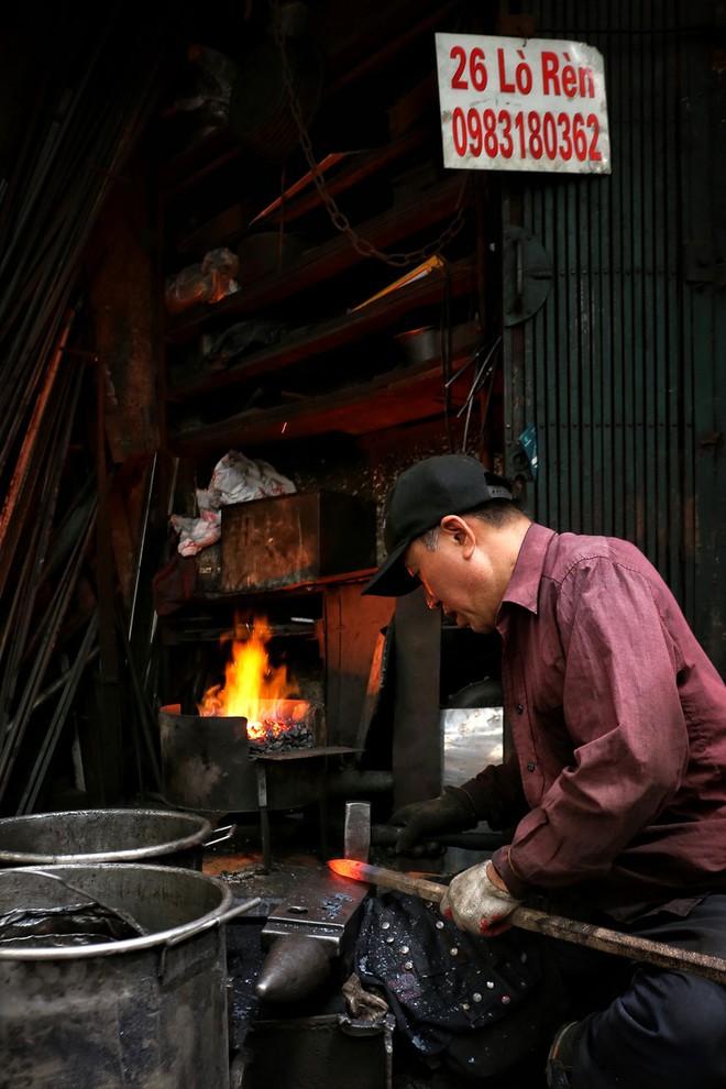 Phố Lò Rèn đỏ lửa trong ngày Hà Nội nóng 40 độ C - Ảnh 4.