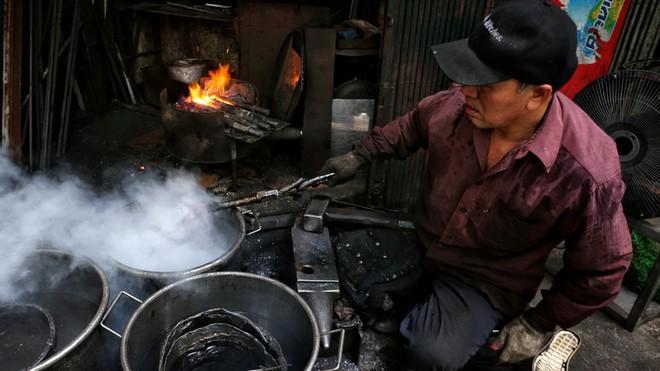 Phố Lò Rèn đỏ lửa trong ngày Hà Nội nóng 40 độ C - Ảnh 8.