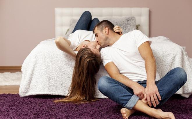 Hẹn hò gái xinh qua mạng, anh chàng được mời đến nhà riêng nhưng đang vui vẻ thì lại có biến