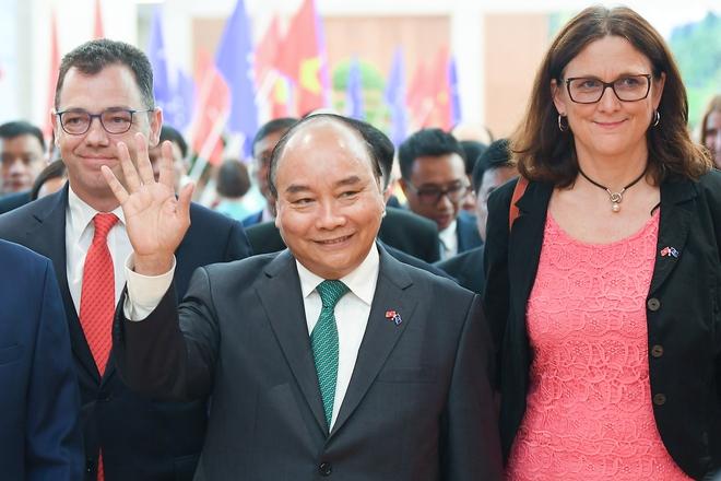 Sự hiện diện bất ngờ của Thủ tướng Nguyễn Xuân Phúc ở lễ ký kết EVFTA - dấu mốc mới cho hành trình gần một thập kỷ - Ảnh 3.