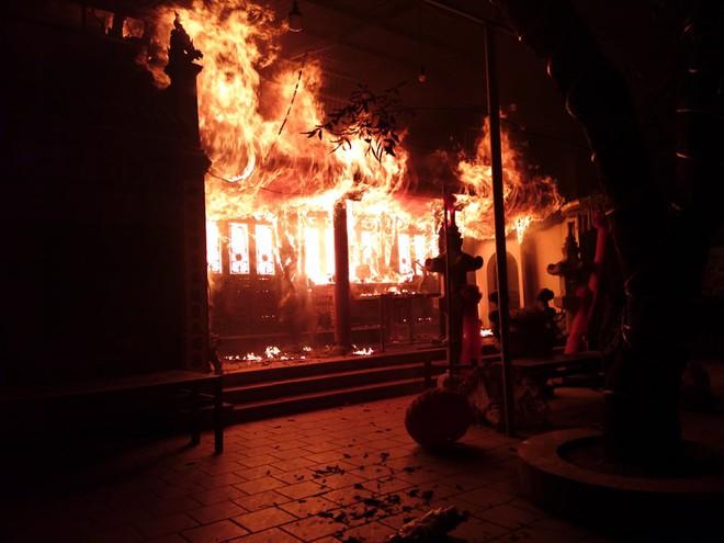 Hà Nội: Đền Quan Tam Lâm Du ở Long Biên cháy dữ dội trong đêm - Ảnh 1.