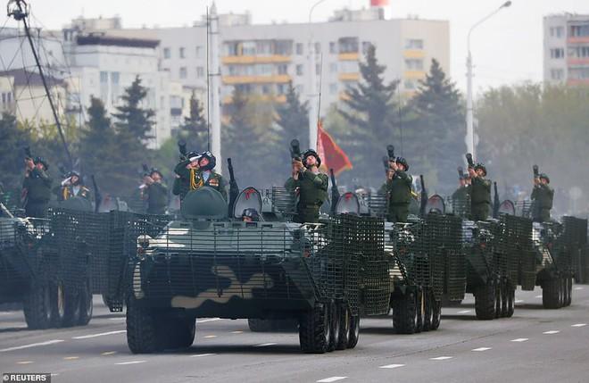 Bất ngờ về nữ quân nhân Belarus xinh đẹp trong lễ duyệt binh ở Minsk - Ảnh 1.