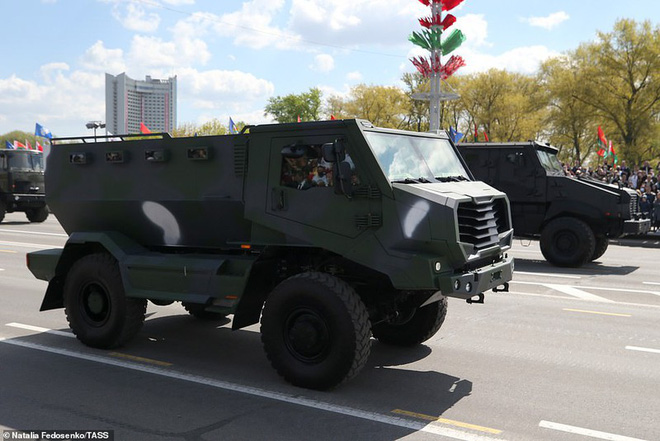Bất ngờ về nữ quân nhân Belarus xinh đẹp trong lễ duyệt binh ở Minsk - Ảnh 12.