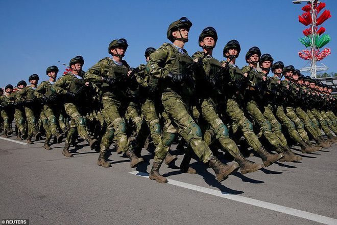 Bất ngờ về nữ quân nhân Belarus xinh đẹp trong lễ duyệt binh ở Minsk - Ảnh 13.
