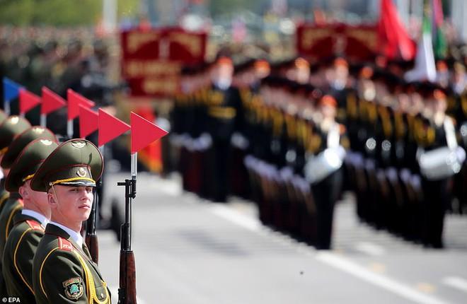 Bất ngờ về nữ quân nhân Belarus xinh đẹp trong lễ duyệt binh ở Minsk - Ảnh 14.