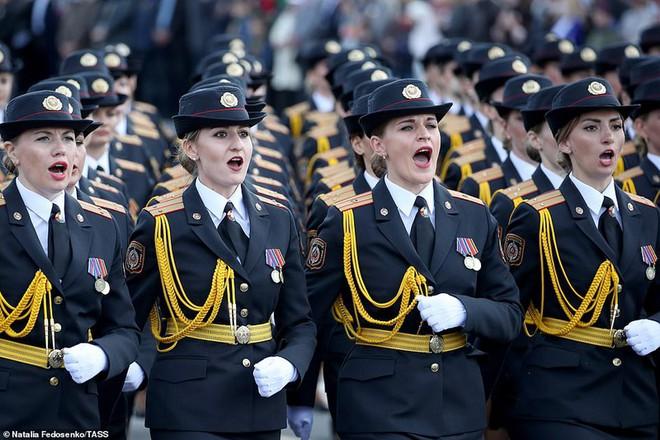 Bất ngờ về nữ quân nhân Belarus xinh đẹp trong lễ duyệt binh ở Minsk - Ảnh 3.