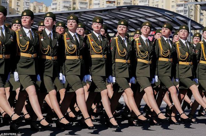 Bất ngờ về nữ quân nhân Belarus xinh đẹp trong lễ duyệt binh ở Minsk - Ảnh 4.
