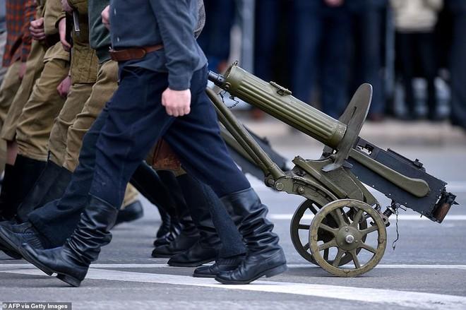 Bất ngờ về nữ quân nhân Belarus xinh đẹp trong lễ duyệt binh ở Minsk - Ảnh 9.